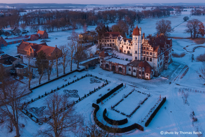 Schloss Basedow und Farmer Steakhouse im Winter im Winter